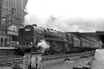 BR Standard 7MT 'Britannia' class pacific no. 70026 Polar Star at Birmingham's New Street station on 21/7/63. 70026 was a Holyhead allocated engine when this shot was taken. [Mike Morant collection]