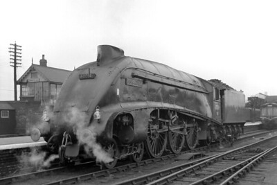 Gresley A4 pacific no. 60014 Silver Link shares the bay platform with a DMU at Peterborough North station on 23/9/61. [Mike Morant collection]