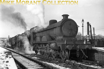 Former GCR Robinson designed C4 'Jersey Lily' 4-4-2 no. 2902 pilots Thompson B1 4-6-0 no. 1086 on an Up express at Aylesbury departing at 1 p.m on an unknown date in February 1947, The Big Freeze.. This is known to be ythe last sighting of a 'Jersey Lily' at Aylesbury. 2902 would be withdrawn at Immingham mpd on 1/4/49. [S. H. Freese / Mike Morant collection]