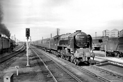 Thompson A2/1 class pacific no. 60509 Waverley in charge of an Up Aberdeen service at haymarket station on 12/7/59. 60509 was allocated to Haymarket which is where she would be withdrawn in August 1960. [Mike Morant collection]