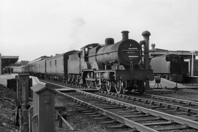 Rugby allocated, Fowler 4P compound 4-4-0 no. 41167 pauses at Watford Junction station on 28/8/58. 2A was 41167's last allocation and she would be withdrawn there in the following October. [Mike Morant collection]