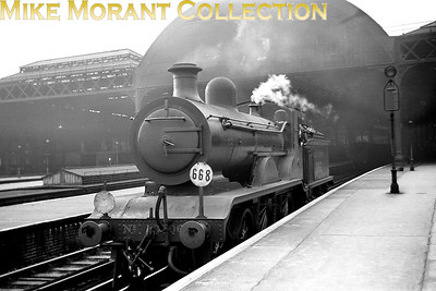 Ex-LBSCR Billinton B4 class 4-4-0 no. 2062, probably prior to taking charge of a Tunbridge wells West service, at London Bridge station on 22/10/38. The 'roof' to the left of 2001 has aroused interest amongst viewers and was the lamp room between platforms 17 and 18 which had an inclined walkway leading down to it. [J. H. Venn / Mike Morant collection]>]
