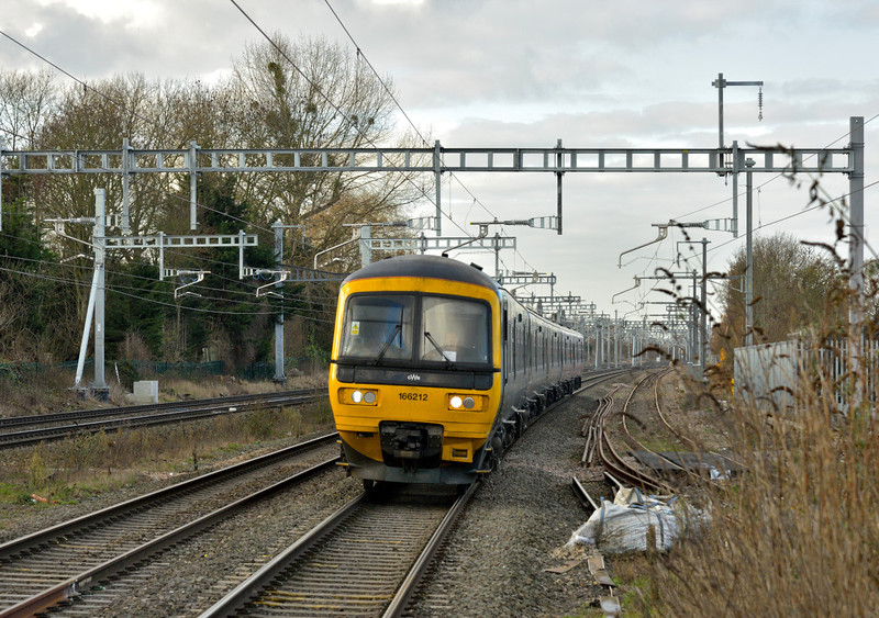 166212  nears Iver with 2P40 09.37 service from  Oxford to London Paddington<br /> <br /> 3 December 2016