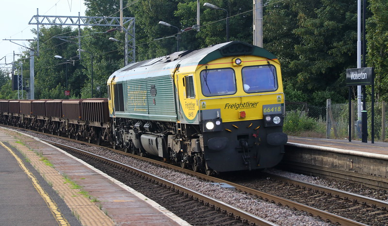 23 June 2018. 66418 PATRIOT - IN MEMORYOF FALLEN RAILWAY EMPLOYEES passes Wolverton leading the 6Y52 1550 Crewe BH - Wembley Central.