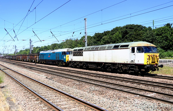 25 June 2018. Unbranded Fertis liveried 56103 with 50008 Thunderer pass Hitchin with the 6M05 1150 Barrington (Foxton) - Wembley.