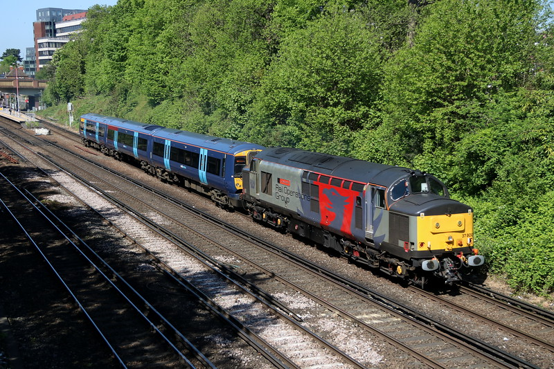 5 May 2018. 37800 Cassiopeia has South Eastern 375307 for company passing Bromley South with the 5Q58 0442 Chaddesden Curve - Ramsgate TMD.
