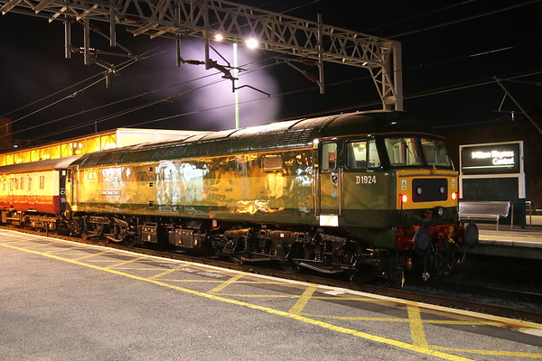 27 October 2018. With her exhaust puncturing the night time air, D1924 (47810) Crewe Diesel Depot stands at MK having arrived on the rear of the 5Z22 0155 Crewe Holding Sidings - MK.