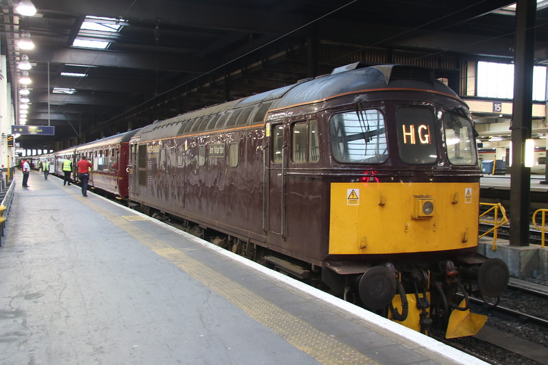 15 September 2018. Slim Jim, 33207 Jim Martin stands at Euston having brought in ECS for the Cumbrian Mountain Express, the 5Z86 0439 ex Southall.