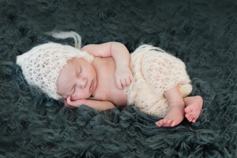 Newborn fotoshoot aan huis met attributen