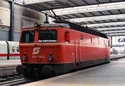 OBB, 1044 115 at Munchen Hbf on 27th May 1992