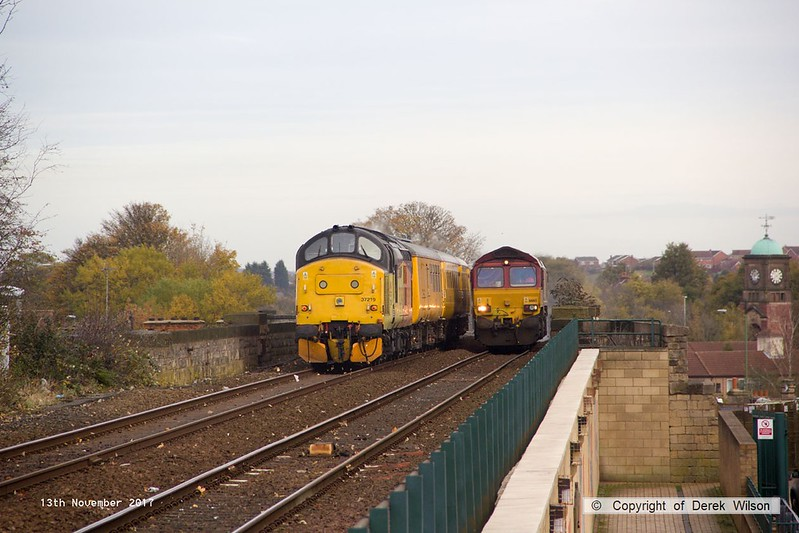 171113-006  Colas Rail Freight class 37 No 37219 Jonty Jarvis is captured heading onto the viaduct at Mansfield, at the rear of test train 1Q64, 09:08 Derby RTC - Gascoigne Wood down loop. Heading towards the camera with RHTT 3J87, 02:45 Toton TMD - Toton TMD is DB Cargo class 66/0 No 66165, top & tail with 66061 which is out of sight, at the rear.