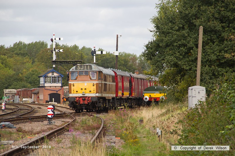 180909-021  Brush type 2 (class 31) No. D5830 pulling out of Swithland sidings with the TPO set, running as 3J11, 11:20 Swithland sidings - Rothley Brook.