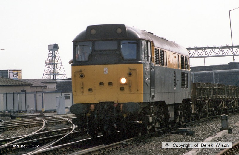 920503-017     Civil Engineers 'Dutch' livery class 31 no 31203 passes through Derby with a engineers train.