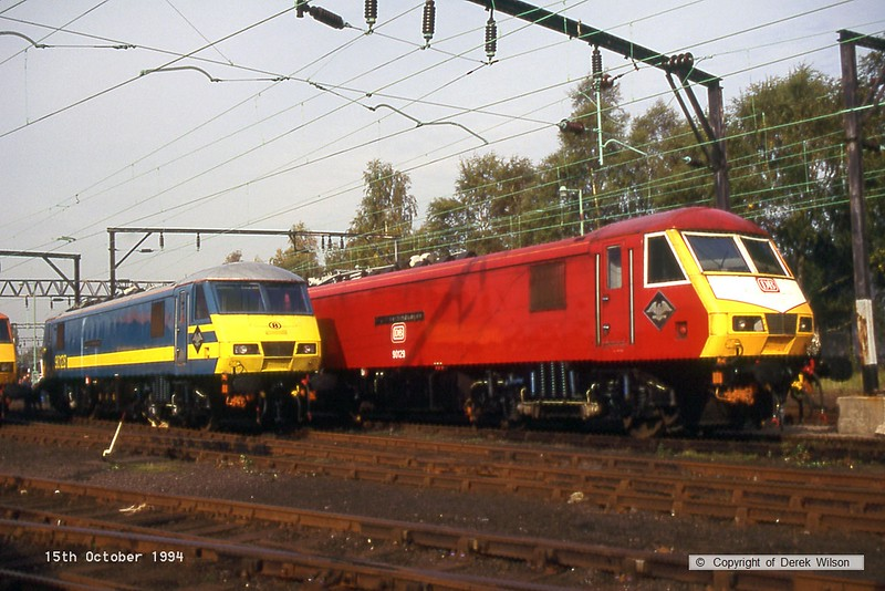 941015-009  90128  & 90129 (Crewe electric open day,15-10-94)