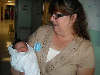 Familia Esparza con nueva bebé