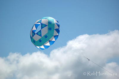Bol kite at the 2007 Barmouth Kite Festival, Barmouth, Wales, UK. Designed by Jim Johannesen of the New York Kite Enthusiasts, USA and made by Aled Lewis of the Northern Kite Group, UK.   © Rob Huntley