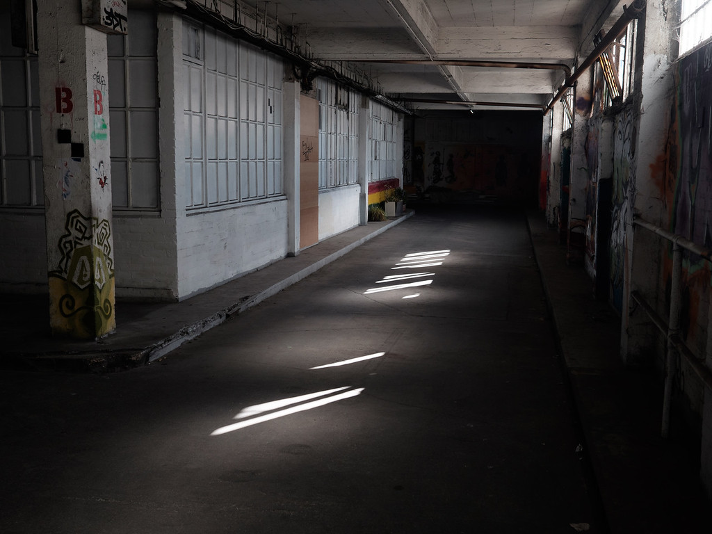 La cité est un dédale de couloirs sur 6 niveaux avec de nombreuses cages et de coursives extérieures.
