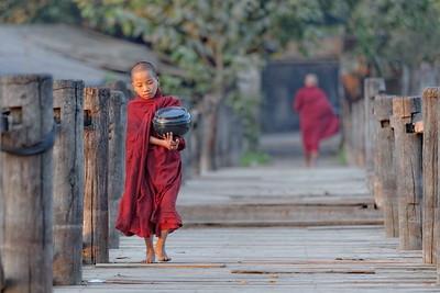 Comme seules possessions : la robe dans les teintes rouges, le bol qui recueille les mérites, et le respect de la vie.