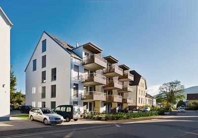 02 Baugemeinschaft Ortsmitte Buchholz Haus B, Buchholz (Stadt Waldkirch). Vorgartenzone und Dachform orientieren sich an der Umgebung.