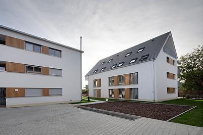 07 Wohnhof Schwarzwaldstraße, Buchholz (Stadt Waldkirch). Wie bei den umgebenden Gebäuden wurden hier Holzfenster eingesetzt.