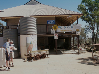 Mitten im Outback: Cook 2 Stunden Stop in Cook. Ausser vielen Fliegen, gab es hier nicht viel zu sehen.