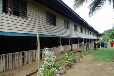 Ein Langhaus mit 32 Türen So misst man die Grösse eines Langhauses. Hinter jeder Tür wohnt eine Familie.