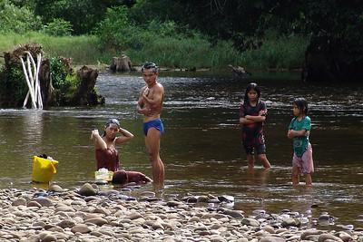 Morgenwäsche in Fluss