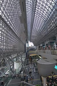 Der Bahnhof in Kyoto war ultramodern und riesengross.