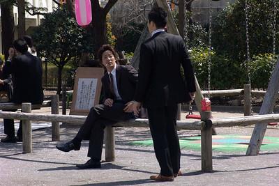 Angekommen in Tokio. Das erste, was uns auffiel, war die gleichförmige Kleidung der Japaner. Dunkle Anzüge, Krawatte und weißes Hemd.