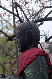 Eine Heiligenfigur bei einem Tempel in Tokio.