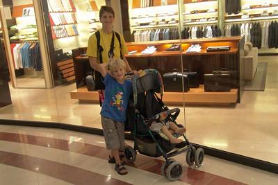 Windowshoppen Im Einkaufszentrum in den Petronas Towers. Nein, Papa braucht keinen neuen Anzug und Stresskoffer.