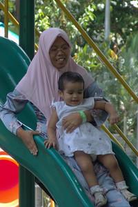 Auch die muslimischen Damen haben Spass beim Rutschen mit ihren Kindern!