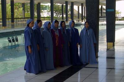 Alle Besucher waren züchtig gekleidet Dafür gab es diese blauen Umhänge zu leihen.