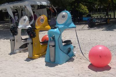 Mit diesen Tauchmaschinen kann man durch die Korallenriffe fahren. Wir haben uns mit Brille, Schnorchel und Flossen begnügt. Sehr zum Leidwesen der Kinder.