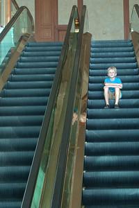 Oskar auf der Rolltreppe im Empire.
