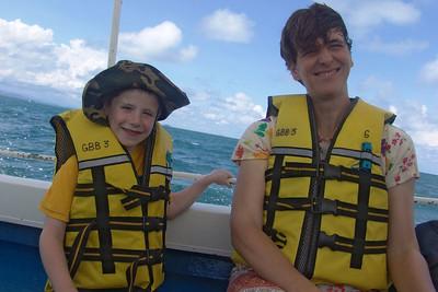 Felix und Ludwig auf der Fahrt zu einer Insel vor KK. Dort waren wir um Schnorcheln.