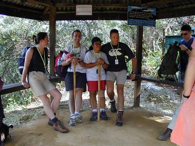 Zwischenstation Zwischen dem Start des Weges (Power Station, 1829m) und der Hütte (Laban Rata, 3353m) gibt es etliche Hütten zum ausruhen. Die Gruppe war sich nicht ganz einig, ob man langsam mit wenigen Pausen oder schneller mit mehr Pausen gehen sollte.