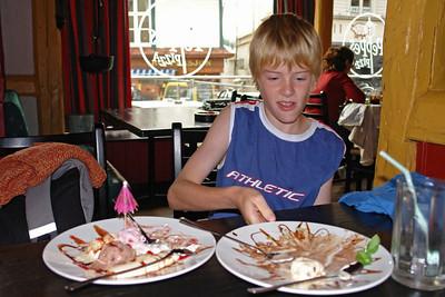 Pepe's Pizza. Felix bekam eine Belohnung und durfte soviel Nachtisch essen wie er wollte. Nach zwei Tellern Eis war er aber pappsatt.