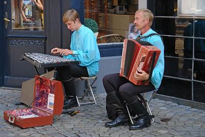 Russische Musikanten. Richard hatte Spaß daran, Geld in den Koffer zu werfen.