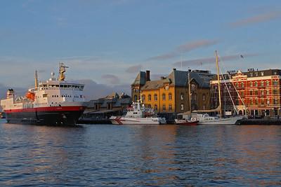 Ein Schiff der Hurtigruten (die Narvik) als Hotel in Stavanger. Auf genau diesem Schiff sind Bernd und Helga vor vielen Jahren zum Nordkap gefahren.