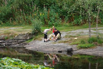 Wolfgang mit Paul und Richard beim Organisieren von Fischfutter.