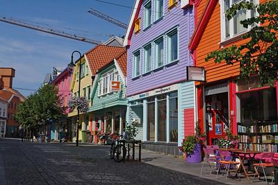 In der Innenstadt waren einige Häuser in recht grellen Farben neu gestrichen.