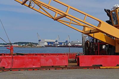 Im Hintergrund die Werft auf der Stadtinsel (Byøy).