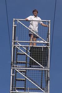Ludwig am höchsten Punkt des Canopy Walks (mehr als 40 meter hoch). Er hält sich gut fest...