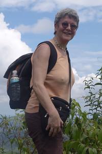 Hanne ist am Gipfel des Bukit Patoi angekommen und geniesst die Aussicht.