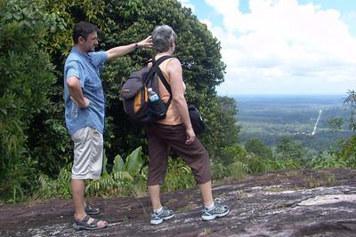 Günter erklärt Hanne wo der Mount Kinabalu bei klarer Sicht zu sehen wäre.