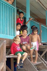 Oskar verabschiedet sich von den Kindern im Longhouse.