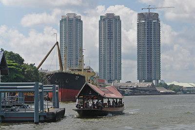 Mit einem Boot fuhren wir auf dem Fluss und haben die Skyline von Bangkok genossen.