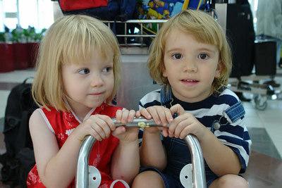 Klara und Richard: Klaras Mutter brachte Ludwig vom Internat direkt zum Flughafen in Bandar. Von da aus gings direkt nach Bangkok.