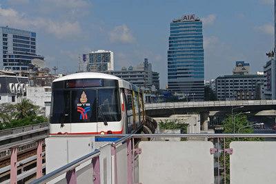 Wir waren zum ersten Mal in Bangkok. Mit der Bahn und dem Schiff haben wir die Stadt erkundet.